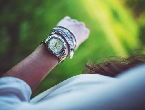 vida de tentante: mulher olhando relógio no pulso