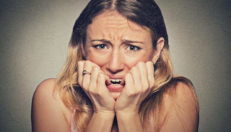 Como engravidar mais rápido: Mulher mordendo os dedos de ansiedade