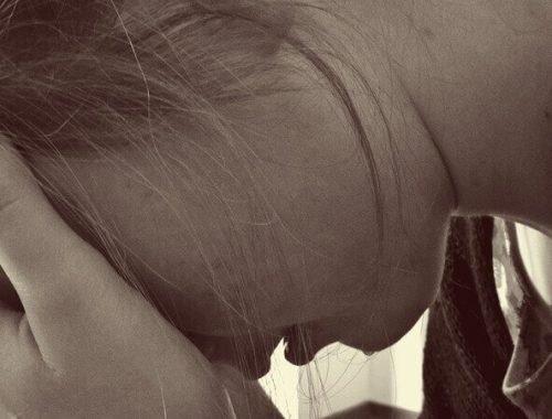 A Descoberta de uma Gravidez: Mulher preocupada com cabeça para baixo