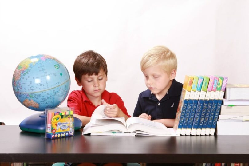 Educação: Crianças estudando