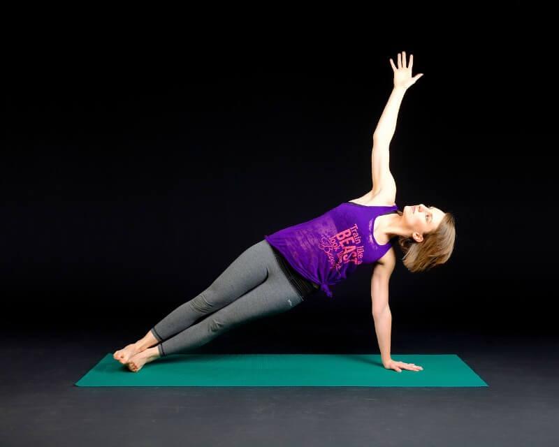 Exercício Físico na Gravidez: Mulher se alongando
