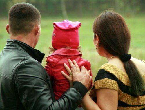 Filho com Deficiência: Casal de costas abraçando seu filho