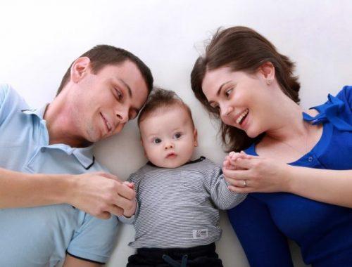 Saúde Mental na Gestação: Casal olhando para seu bebê